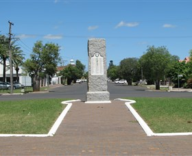 War Memorial and Heroes Avenue Roma - Broome Tourism