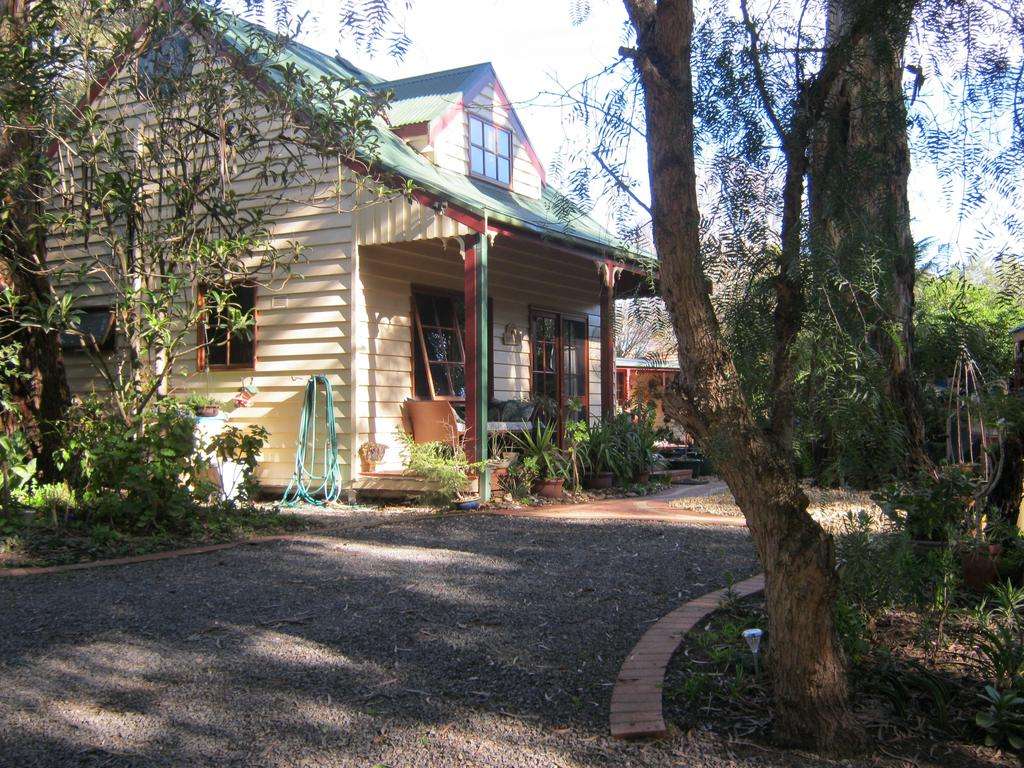 Ballarat cottages incorporating yarrowee cottage and Admirals cottage - Broome Tourism